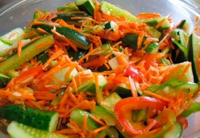 Корейский салат из огурцов с морковкой