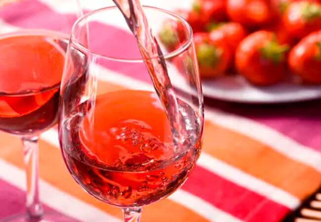 Рецепт вкусного вина из забродивших ягод клубники с сахаром