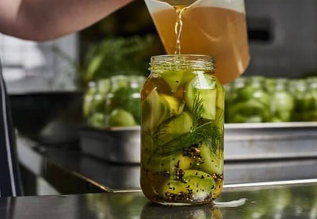 Приготовление консервированной закуски из зеленых томатов
